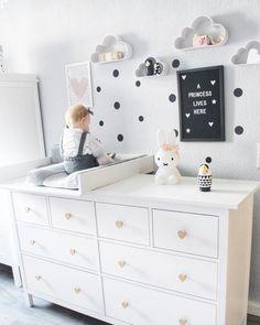 Ein traumhaft schönes Kinderzimmer mit der IKEA Hemnes Kommode als Wickeltisch. Die Möbelknöpfe wurden durch naturfarbige Herzknöpfe ersetzt, die der Kommode ein einzigartiges Aussehen verleihen.