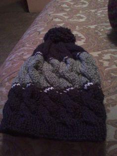morado ,blanco y gris. gorra de trenzas tejida con agujas ..para mujer u hombre!!