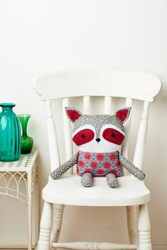 This month's mag comes with a FREE toy pattern - make a raccoon, fox, deer, owl and bunny!