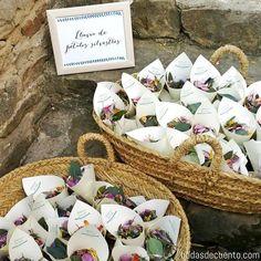 "WE ♥ THIS! ----------------------------- Original Pin Caption: ""¡IDEA! Lluvia de pétalos silvestres para repartir entre tus invitados. Daisy Wedding, Fall Wedding, Rustic Wedding, Our Wedding, Wedding Flowers, Dream Wedding, Wedding Favours, Wedding Gifts, Santorini Wedding"