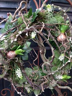 Servietteentechik instructions - creative crafting ideas for your free time Easter Wreaths, Christmas Wreaths, Corporate Flowers, Holiday Crafts, Holiday Decor, Garden Show, Summer Wreath, Flower Crafts, Flower Designs