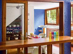 Cozinha | Funcional, tem apenas um armário sob a escada, uma pequena mesa para refeições, janelas basculantes e balcão virado para o living ...