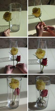 Arranjo com rosas submersas.  Fácil execução e super efeito.  Além disto, utiliza poucas flores, o que reduz muito o custo.