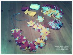 Krepový papír-květinky-stříhání-drobné lepení-uzlíčky-navlékání. HAWAI čelenka, náramek, náhrdelník. * #tvorenisdetmi #deti #krepak #strihani #navlekani #casprodeti #creative #kids #children #flower #paper #colours #jewel #hawai #costume #ornament #ladylu #ladyluartist