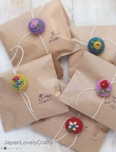 TownMouse: Brown paper packages tied up with crochet buttons . from Japanese craft book ISBN 9784072680919 Love Crochet, Crochet Flowers, Knit Crochet, Crochet Buttons, Pretty Packaging, Gift Packaging, Button Crafts, Cool Diy Projects, Crochet Accessories