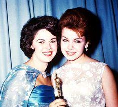 Awards / Otte STJERNER, der fik mindst en Oscar eller en Golden Globe i løbet af deres karriere (top til bund) Joan Crawford (1946) / Anne Baxter (1947) / Grace Kelly (1954) / Marilyn Monroe (1960) / Elizabeth TAYLOR (1961) / Shirley Temple (1961) / Shirley Jones (1961) / Julie Andrews (1965)