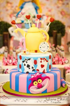 Bolo Temático - Alice no País das Maravilhas #cake #bolo #aliceinwonderland #party #kids #festascuritiba #festasinfantis #decoracaopersonalizada #decoracaoalice #alicenopaisdasmaravilhas