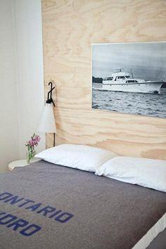 Sänggavel som man kan göra själv och fästa lampa och bord
