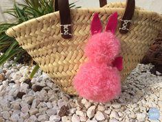 Bonsoir, Aujourd'hui c'est mercrediiii !! et surtout, c'est le dernier mercredi du mois, donc c'est jour de Projet DIY ! Le thème ce mois-ci, c'est... Pom Poms, Hui, Straw Bag, Bags, Wednesday, Rabbits, Handmade, Pearl, Handbags