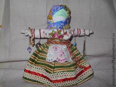 Народная+кукла+`Званка-желанка`.+Кукла+изготовлена+в+народных+традициях,+скрутка+делается+без+применения+иглы.+На+ручки+этой+куклы+вешали+маленькие+подарки,+чтобы+исполнилось+желание,+чтобы+привлечь+любимого.+Является+оберегом+и+амулетом+для…