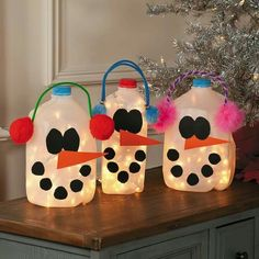 Sneeuwpop maken van lege melkkan.  Gaatje achterin de kan maken waar je of een lichtsnoertje op batterijen in kan doen of een ledkaarsje.