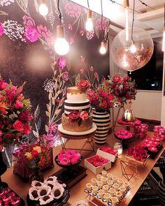 As queridinhas do momento também estavam presentes: lâmpadas de filamento ou fly lamps. Elas são sucesso absoluto e a gente AMA de paixão! . . . Quer realizar seu sonho conosco? Mande email para contato@maniadefita.com.br Teremos a maior alegria em te atender!  #decoracaodefesta #partydesign #partyplanner #maniadefita #festaadulta #chalkboard #mesadecorada #mesadedoces #boho #industrial #industrialdecor #bohodecor #bohowedding #design #casamento #maniadefita #decoracaodecasamento