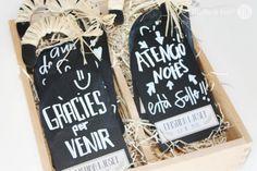 Pizarras personalizadas con un adhesivo con vuestros nombres y la fecha de la boda. Un detalle de lo más original para sorprender a vuestros invitados o simplemente una gran idea para organizar el seatting plan.