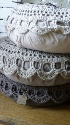 Love these pillows with crocheted tops . DIY or repurpose vintage doilies. Crochet giant covers for floor pilllows. Crochet Diy, Crochet Motifs, Crochet Home Decor, Love Crochet, Crochet Patterns, Beautiful Crochet, Crochet Cushions, Soft Furnishings, Craft Ideas