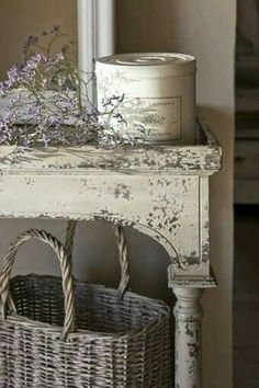 (Uploaded by previous pinner) Love chippy white paint!