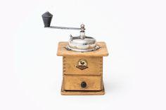"""Lieblingsobjekt """"Die Kaffemühle meiner Großmutter! Ich habe sie zur Pfeffermühle umfunktioniert, da ich leidenschaftlich gerne koche und beim Kochen gerne viel Pfeffer auf einmal verarbeite - selbstverständlich frisch gemahlen. Dafür ist die Kaffemühle einfach ideal! Für mich mein Produkt mit Sinn, Wesen und Nachhaltigkeit, weil langlebig... und eine geliebte Erinnerung."""" Anja Götz IONDESIGNerin seit 1993"""