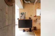 中古を買ってリノベーションの相談はEcoDeco.リノベーションの事例写真たくさんあります。不動産購入、リノベの相談無料。#リノベーション#インテリア#東京#照明#家づくり#home #house#趣味#趣味を楽しむ#整理整頓#暮らし#玄関#ヴィンテージ#洗面#洗面インテリア#洗面所 Modern House Design, Flat Screen, Interior, Furniture, Home, Bath, Houses, Blood Plasma, Bathing