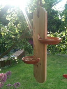 Bird feeder Best Picture For Bird Watching hobby For Your Taste You are looking for something, and i Wood Bird Feeder, Garden Bird Feeders, Bird House Feeder, Garden Crafts, Garden Projects, Garden Art, Homemade Bird Feeders, Bird House Plans, Bird Houses Diy