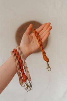 #schlüsselanhänger #makramee #macrame #macrameart #schlüsselband #armband #keychain Crochet Necklace, Bracelets, Jewelry, Wristlets, Gifts, Jewlery, Jewerly, Schmuck, Jewels