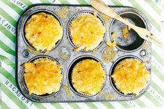Mac 'n' cheesemuffins met bloemkool & kip (vervang nootmuskaat voor gerookte paprikapoeder en kip voor knakworstjes)