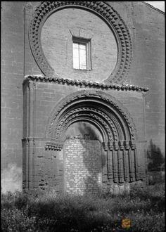 Huesca. Ermita de Santa María de Salas. Fachada principal. Rosetón.. José Galiay Sarañana