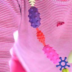 """Pop-Arty est un assortiment de 300 perles colorées, prévues pour être """"clipsées"""" les unes aux autres afin de fabriquer des bijoux. #BToys"""