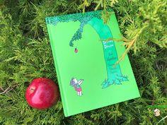 """""""Była sobie kiedyś jabłoń, która kochała małego chłopca..."""" to pierwsze słowa zapisane na kartach powieści Shela Silversteina - amerykańskiego poety, scenarzysty, kompozytora, autora i ilustratora wielu książek dla dzieci, które z powodzeniem zostały przetłumaczone na dziesiątki języków, w tym i nas"""