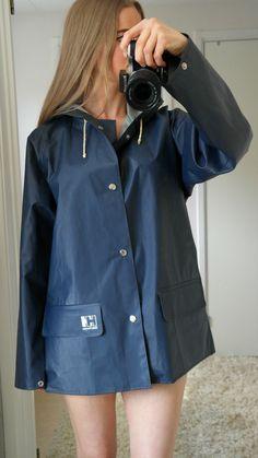 Ciré Helly Hansen Blue Raincoat, Pvc Raincoat, Rainy Day Fashion, Winter Fashion, Rain Boots Fashion, Rubber Raincoats, Rain Gear, Helly Hansen, What To Wear