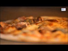 Настоящая итальянская пицца никого не оставит равнодушным. Пряный соус из свежих томатов, свежий сыр оливки и всё это на аппетитной лепёшке с тонкой, хрустящей корочкой.  Историки кухни утверждают, что пиццу готовили ещё до нашей эры персы, египтяне и даже скандинавы, однако именно в Италии лепёшка из теста получила своё современное название и обязательные ингредиенты в виде томата и сыра.