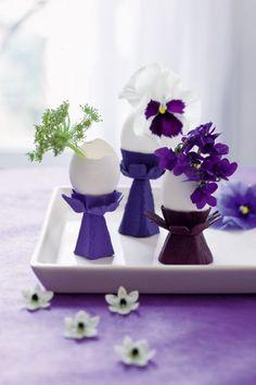 Des vases fabriqués avec des morceaux de boîte d'œufs peintes en violet et des coquilles vides