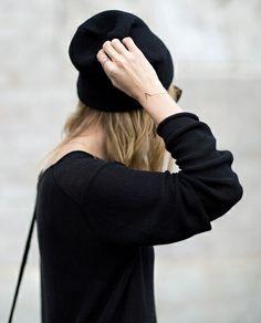 Rien de tel qu'un très fin bracelet pour relever un total look noir !