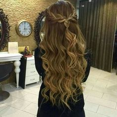 82 Graduation Hairstyles That You Can Rock This Year - Sina T. - 82 Graduation Hairstyles That You Can Rock This Year 82 Graduation Hairstyles That You Can Rock This Year Dance Hairstyles, 2015 Hairstyles, Pretty Hairstyles, Down Hairstyles, Braided Hairstyles, Wedding Hairstyles, Evening Hairstyles, Messy Hairstyle, Teenage Hairstyles
