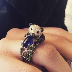 Olha só que fofura este anel com formato de panda que a @boucheron acaba de lançar. Vimos no insta da @elle_russia e não resistimos ao #regram. by ellebrasil
