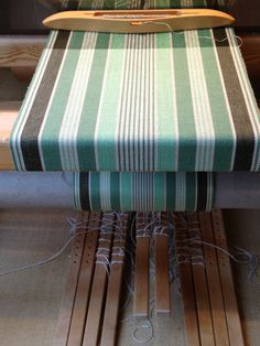 Carpet Løber Weaving Textiles, Tapestry Weaving, Loom Weaving, Hand Weaving, Weaving Designs, Weaving Projects, Weaving Patterns, Striped Bedding, Tear