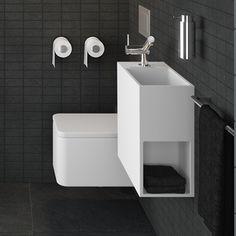 Lavabo/lave-mains suspendu design peu profond avec espace de rangement latéral, vidage caché et siphon inclus, sans trop plein, plage de robinetterie côté droit, avec trou pour mitigeur lavabo. Les formes simples, essentielles caractérisent le design de la collection de lavabos COMPACT réalisés en résine minérale haut de gamme par le fabricant espagnol COSMIC. Grâce à ses petites dimensions, ce lavabo est idéal comme lave-mains dans les toilettes ou dans une salle de douche.
