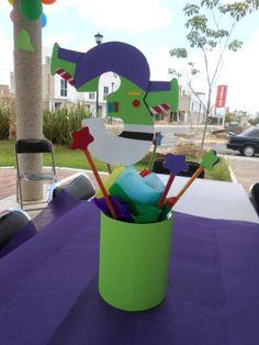 centro de mesa buzz, hecho con foami y cartón corrugado.
