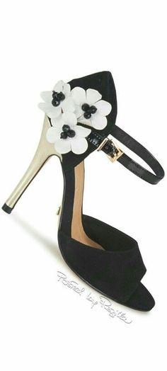 Women's Shoes, Me Too Shoes, Shoes Style, Fashion Themes, Fashion Colours, Floral Fashion, Black White Fashion, Black And White, Handbag Stores