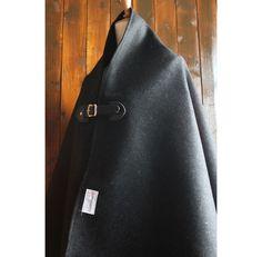 ○ Wool Poncho ○コートなどに使われる生地を使用しています。メルトン仕上げなので厚みもあり、とても暖かいです^^色味はあわせやすい黒です。羽織って...|ハンドメイド、手作り、手仕事品の通販・販売・購入ならCreema。