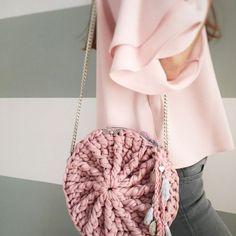 El súper tutorial Foto a Foto que estábais esperando. Cómo hacer un bolsazo de Trapillo Crotchet Bags, Bag Crochet, Crochet Quilt, Crochet Handbags, Crochet Purses, Love Crochet, Knitted Bags, Crochet Stitches, Tshirt Garn