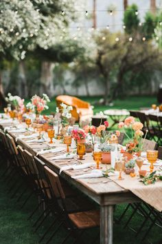 Table with vintage style decoration in orange tones. Wedding Table, Wedding Reception, Spanish Dinner, Shabby Chic Wedding Decor, Outdoor Dinner Parties, Table Top Design, Wedding Decorations, Table Decorations