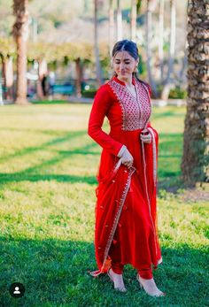 That blood red anarkali ❤️❤️❤️❤️❤️ red favourit. Designer Anarkali Dresses, Pakistani Dresses, Indian Dresses, Indian Outfits, Designer Dresses, Red Salwar Suit, Salwar Dress, Red Suit, Salwar Kameez