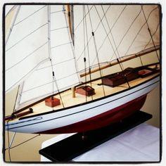 Drewniany model jachtu, prezent dla Żeglarza, marynistyczna dekoracja, potężny model jachtu z drewna na komodę, dodatek w morskim stylu, żeglarski wystrój wnętrz