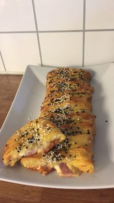 Deilig stromboli - Kvinners helse tips Low Carb Pizza, Stromboli, Lchf, Pesto, Banana Bread, French Toast, Food And Drink, Baking, Breakfast