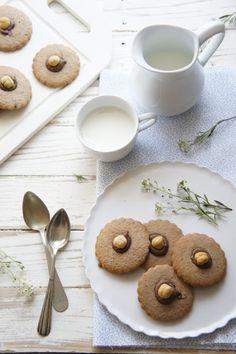 Nutella Cookies with a Hazelnut! Cookie Desserts, Sweet Desserts, Sweet Recipes, Cookie Recipes, Nutella Cookies, Yummy Cookies, Biscuits, Salty Foods, Galletas Cookies