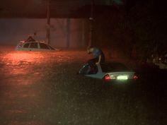 No viaduto Kanebo, dois carros ficaram completamente inundados. (Foto: Reprodução/TV Vanguarda)