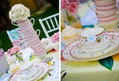 O-M-G!! Alice in Wonderland! Check out the tea cups./ Miren las tazas, como Alicia en el pais de las Maravillas!