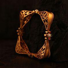 Gold Bangles Design, Gold Jewellery Design, Diamond Jewellery, Gold Bangle Bracelet, Ladies Bracelet, Gold Fashion, Fashion Jewelry, Matching Couple Bracelets, Antique Jewellery Designs