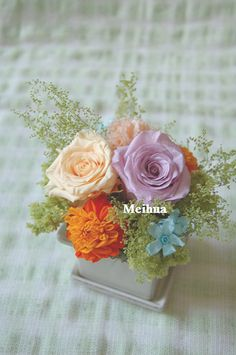 ご結婚お祝い花電報用。ご希望の色合い写真をお預かりして、アレンジしました。 直接会場様へのお届けでした。