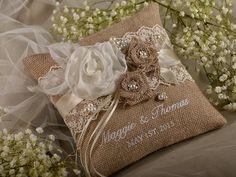 Encaje de arpillera anillo portador almohada, arpillera cojín, almohada de boda rústica, bordado de nombres, shabby chick,