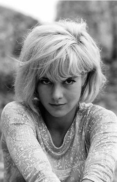 Sylvie Vartan (born: 15 August Sofia Province, Bulgaria) is a Bulgarian-French singer and actress. Timeless Beauty, Classic Beauty, Medium Hair Styles, Short Hair Styles, Rock And Roll Girl, Vartan Sylvie, Virtual Hairstyles, Musica Pop, French Actress